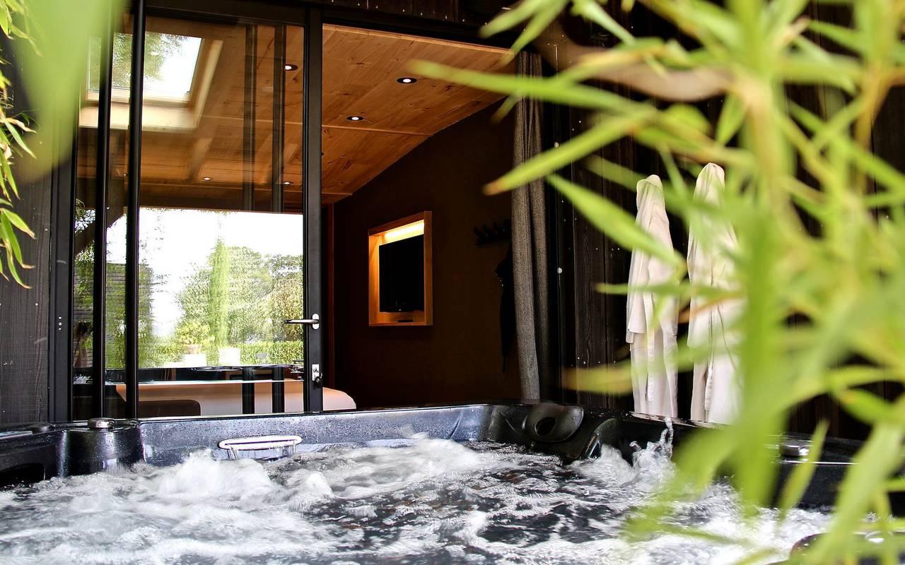 jacuzzi dans le petit logis hôtel spa privatif Dijon