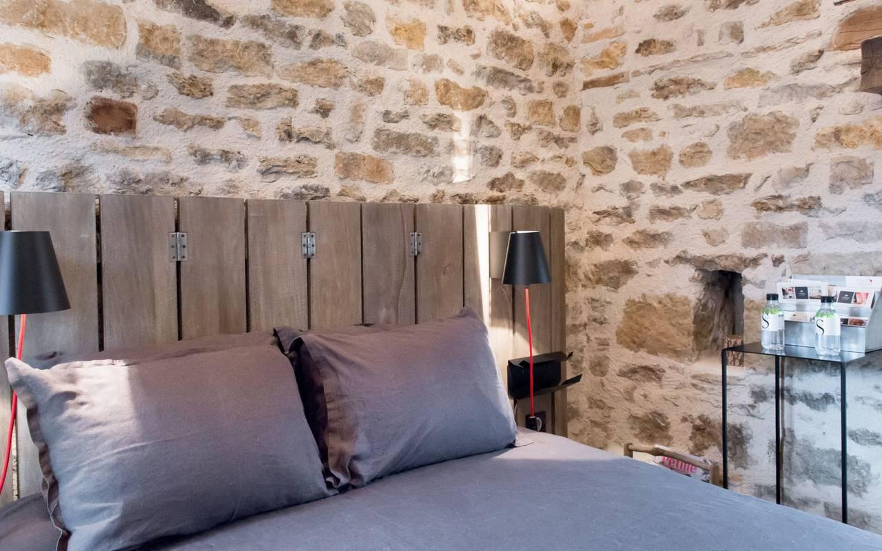Chambre avec mur en pierre hôtel spa dijon
