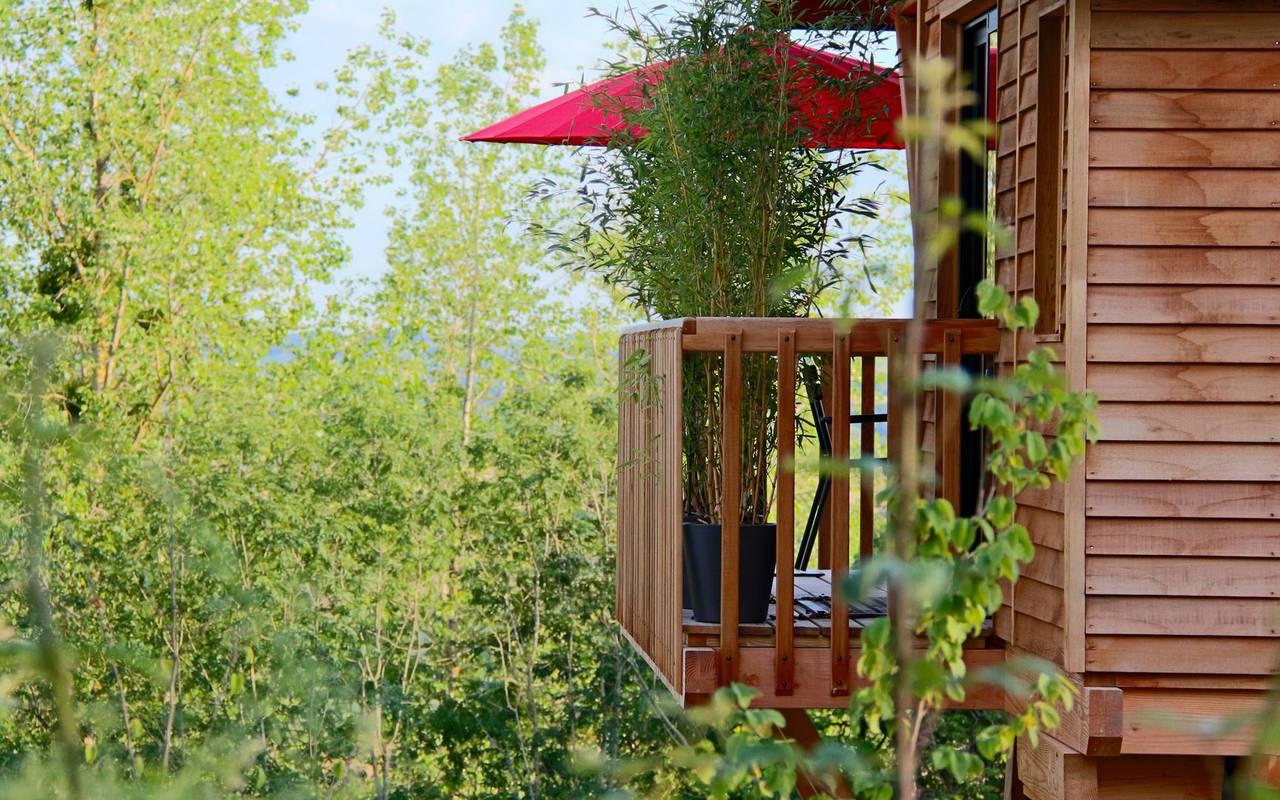 Cabane dans les arbres avec terrasse hôtel romantique bourgogne