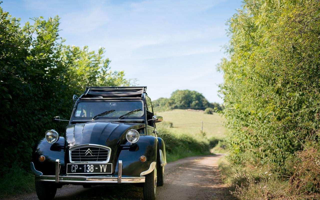 voiture 2 CV sur un chemin dans la nature hôtel romantique Bourgogne