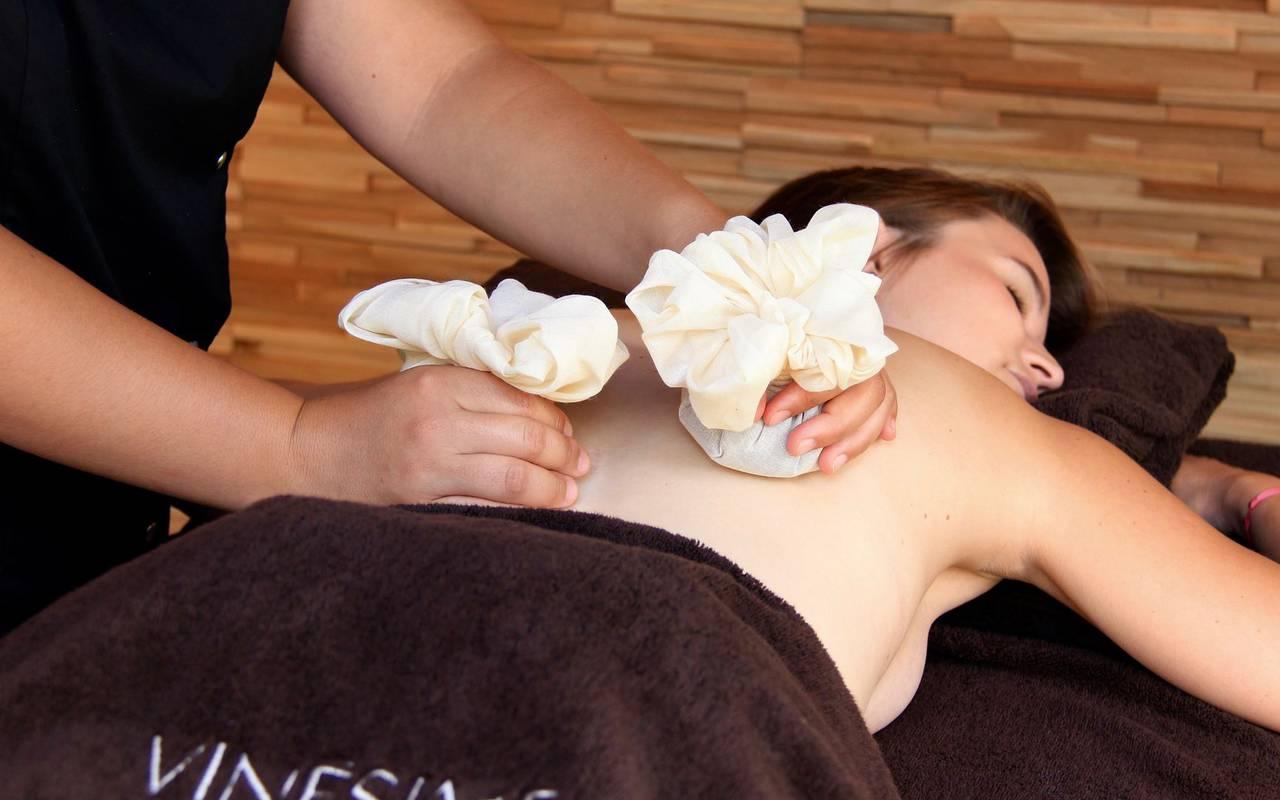 massage avec des pochons spa privatif Dijon