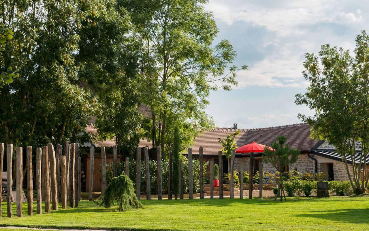 barrières et poutres en bois dans un jardin cabane dans les arbres Côte-d'Or
