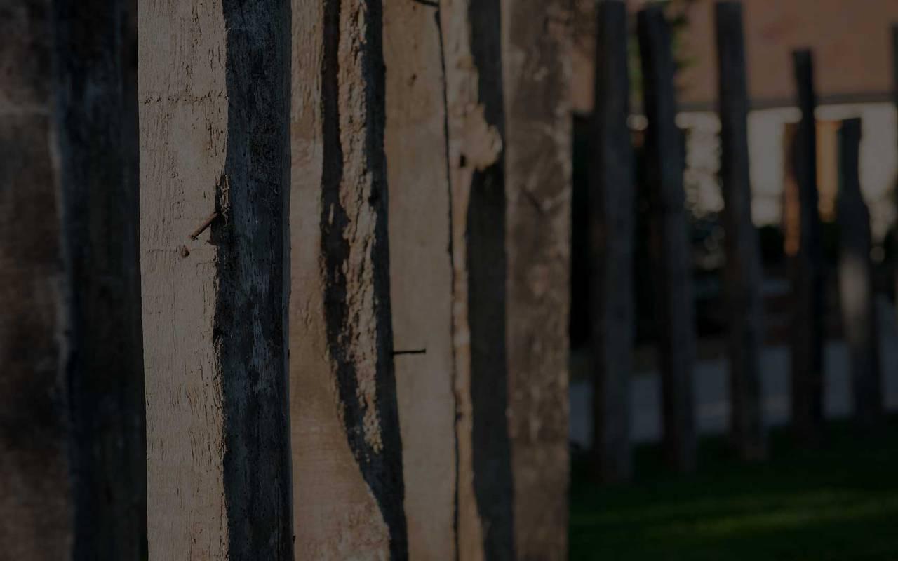 poutres en bois alignées dans un jardin hôtel spa Beaune