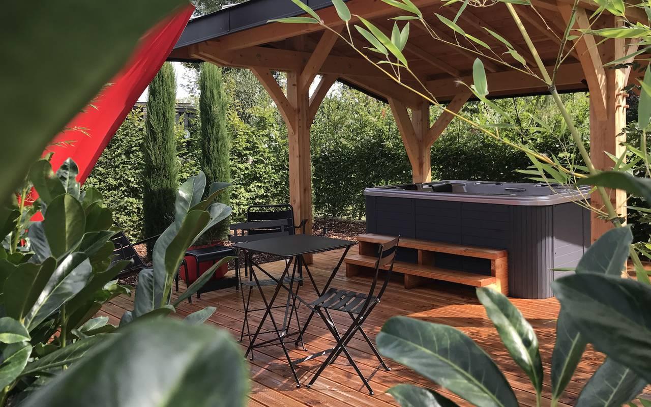 Jacuzzi sur une terrasse en bois hôtel luxe beaune