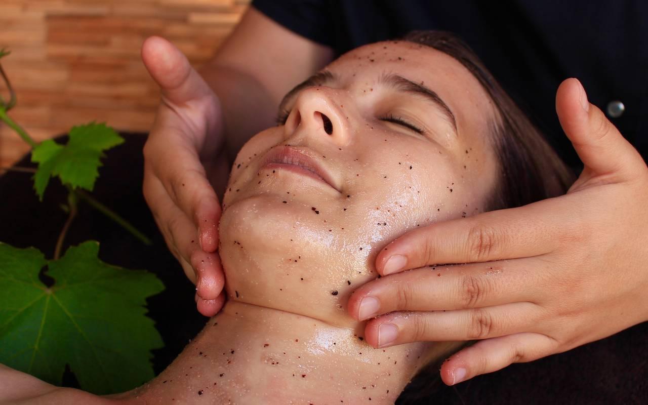 massage du visage sur une dame spa massage Dijon