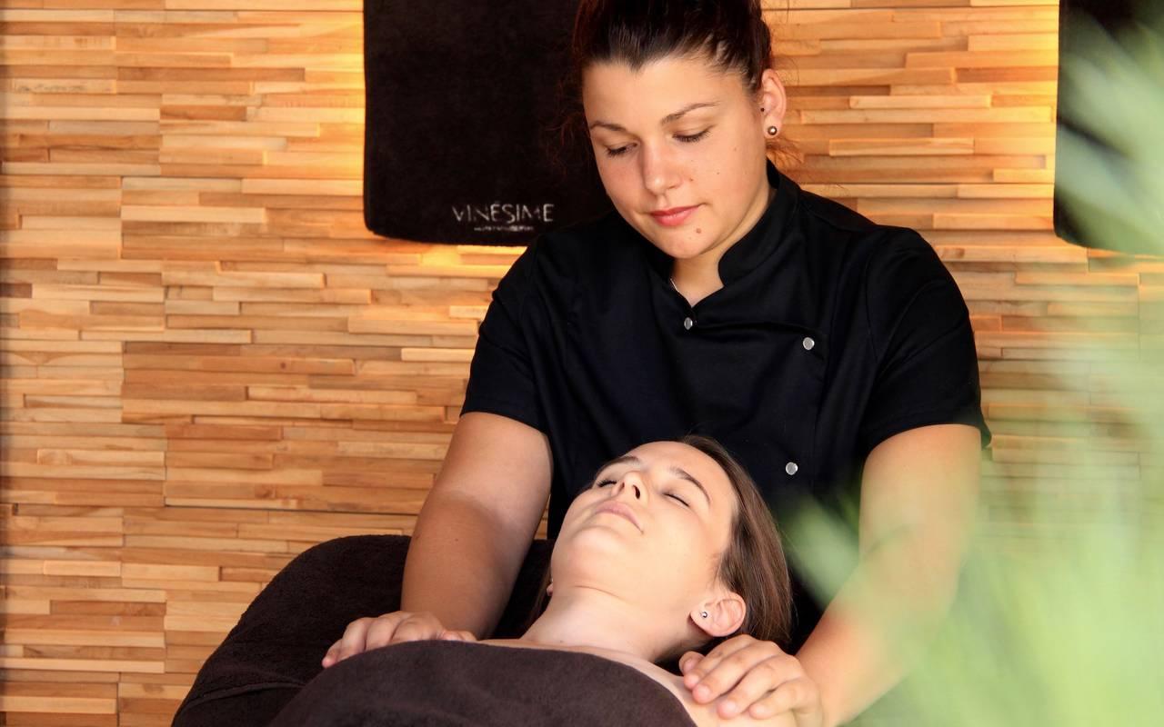 masseuse massant une dame massage Bourgogne