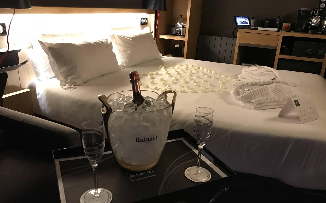 Chambre romantique avec champagne cabane dans les arbres bourgogne