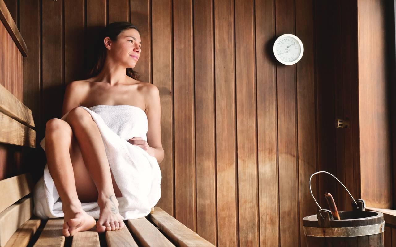 dame dans un sauna en bois spa Beaune