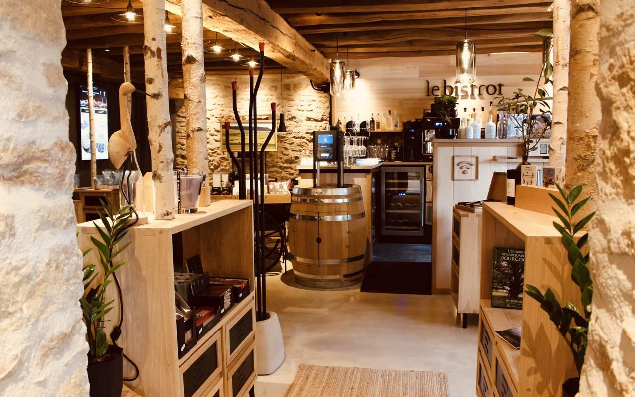 Entrée du bistrot des pres verts avec intérieur en bois gastronomie bourguignone