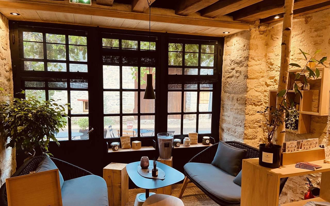 table et canapé du bistrot des Prés Verts gastronomie Bourgogne